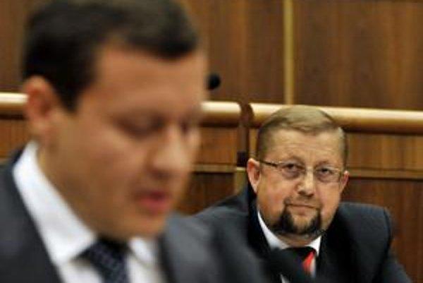 Štefana Harabina (vpravo) prichytili v parlamente pri klamstve. Obhajoval sa vtedy práve za rozhovor s Bakim Sadikim.