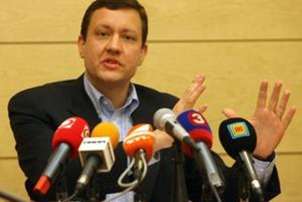 """Aby sa zabránilo """"šikanovaniu a udavačstvu"""", navrhuje Lipšic, aby prvé sito preverovania podnetov a oznámení urobila finančná polícia."""