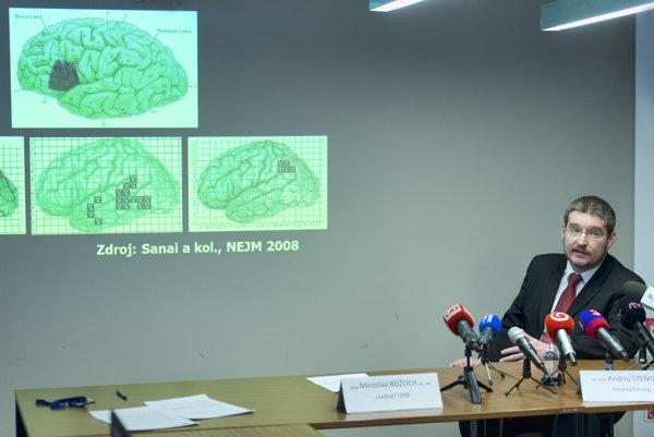 Operatér doc. MUDr. Andrej Šteňo, PhD., MPH, z Neurochirurgickej kliniky LF UK a UNB.