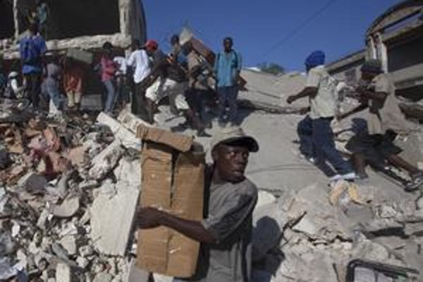 Mnohí Haiťania sú odkázaní iba na to, čo objavia v rozvalinách budov.