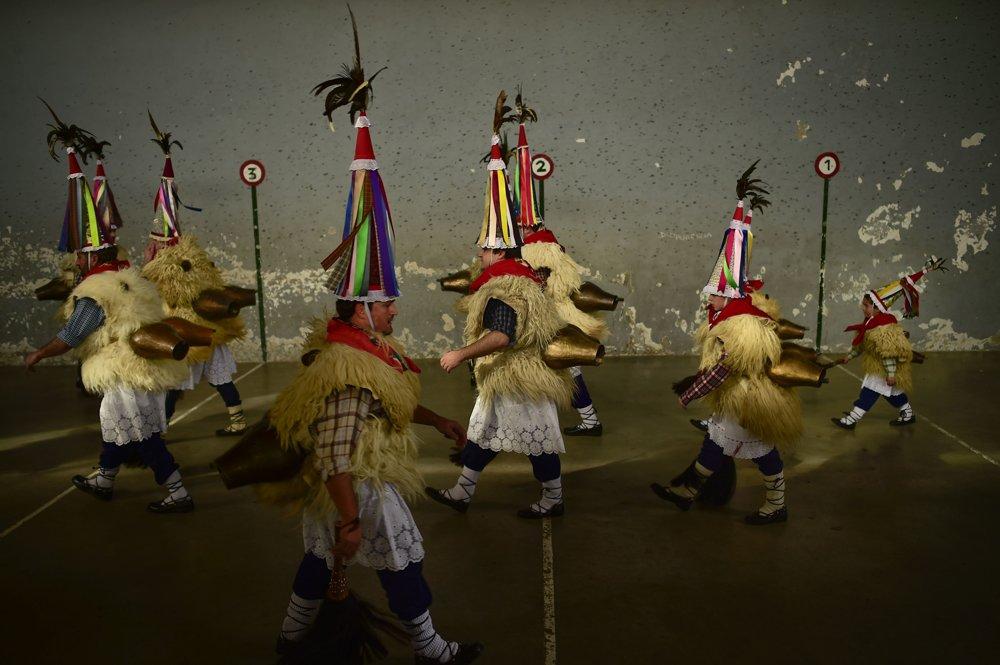 Účastníci karnevalu Joaldunak prechádzajú medzi pyrenejskými dedinami Ituren a Zibieta na severe Španielska.