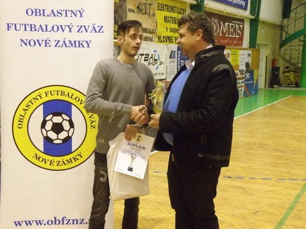 Najlepší brankár turnaja Lukáš Homola. Cenu mu odovzdáva zástupca ObFZ Nové Zámky Ľuboš Marci.