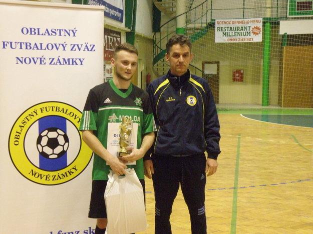 Vľavo najlepší hráč turnaja Adam Holeček, vedľa neho Tomáš Adamovics zástupca ObFZ Nové Zámky.