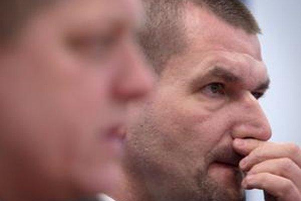 Štefanovovi dal Fico ulitmátum, aby podal demisiu. Štefanov najprv po hovorkyni odkázal, že to bude rešpektovať. Po rokovaní SNS svoj názor zmenil.