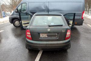 Škodovka vrazila do peugeota.Vodič osobného auta sa zranil.