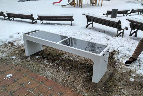Inteligentná lavička na ihrisku Jahodná na Kramároch.