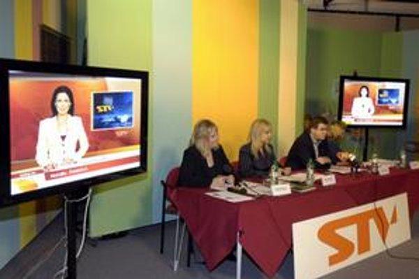 Slovenskú televíziu vedenú Štefanom Nižňanským vinia z podliehania politickým tlakom. Mení vizuál zdedený od predchadzajúceho vedenia.