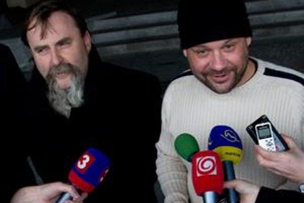 Jediný kandidát strany Paliho Kapurková Pavol Vass (vľavo) a reklamný odborník Igor Brossmann prilákali pred parlament novinárov, hoci ešte pred týždňom o strane takmer nik netušil.