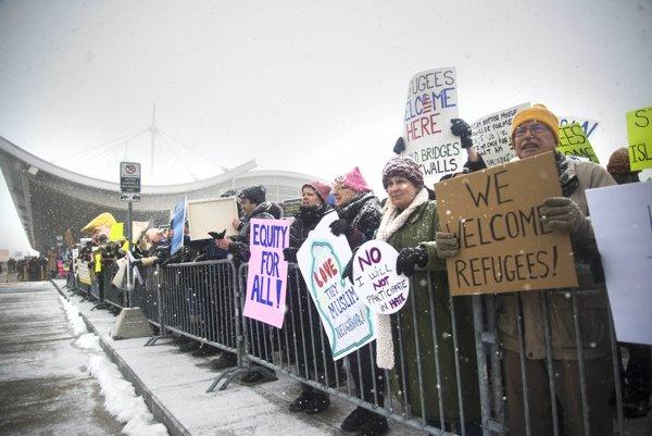 Trump dočasne pozastavil program prijímania utečencov.