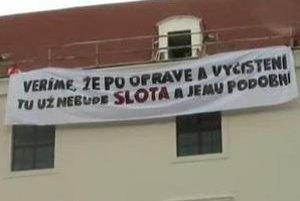"""Bratislavský hrad rekonštruujú. """"Veríme, že po oprave a vyčistení tu už nebude Slota a jemu podobní"""", píše sa na transparente."""