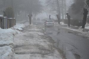 Ulice Humenného zaliala voda z topiaceho sa snehu.