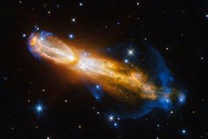 Hmlovinu Calabash astronómovia prezývajú aj Hmlovina pokazených vajíčok. Obsahuje množstvo síry, ktoré v spojení s inými prvkami smrdí ako pokazené vajíčka. Snímka zachytáva hmlovinu počas premeny z červeného trpaslíka na planetárnu hmlovinu, pri ktorej vyvrhla vonkajšiu vrstvu plynu a prachu do vesmíru. Plyn, ktorý sa hýbe rýchlosťou takmer miliónov kilometrov za hodinu je znázornený žltou farbou.