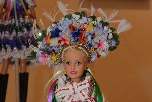 Barbie v slovenskom ľudovom odeve.