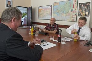 Roman Šipoš (po pravici premiéra) na stretnutí s Jozefom Holjenčíkom (vľavo) v roku 2015.