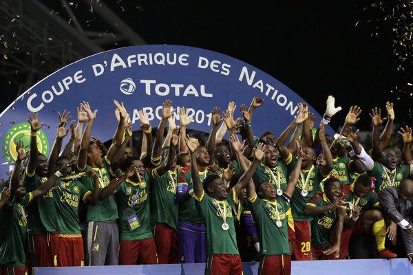 Hráči Kamerunu sa radujú z triumfu (zdroj: SITA/AP).