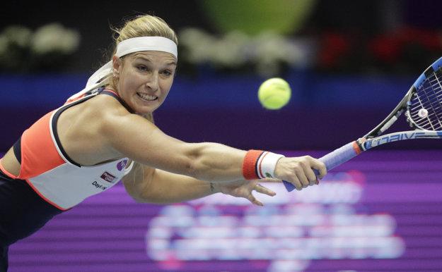 Slovenská tenistka Dominika Cibulková odvracia loptičku Kazaške Julii Putincevovej vo štvrťfinále dvojhry na tenisovom turnaji WTA v Petrohrade.