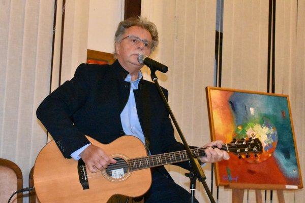 Spevák Pavol Hammel. Na vernisáži zahral aj niekoľko známych piesní.