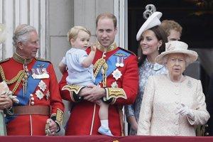 Na archívnej snímke z 13. júna 2015 britský princ William drží svojho syna princa Georga, vpravo britská kráľovná Alžbeta II. , druhá vpravo Kate, vojvodkyňa z Cambridge a vľavo britský princ Charles sa pozerajú z balkóna počas vojenskej prehliadky Trooping the Colour v rámci osláv 89. narodenín britskej kráľovnej Alžbety II. v Londýne.