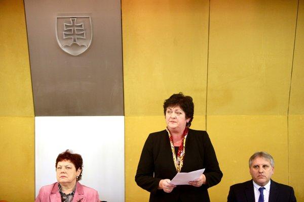 Kandidáti na ombudsmana. Janka Šípošová, Mária Patakyová (stojí v strede) a Anton Čulen.