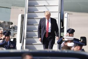 Donald Trump vystupuje z Air Force One na leteckej základni MacDill.