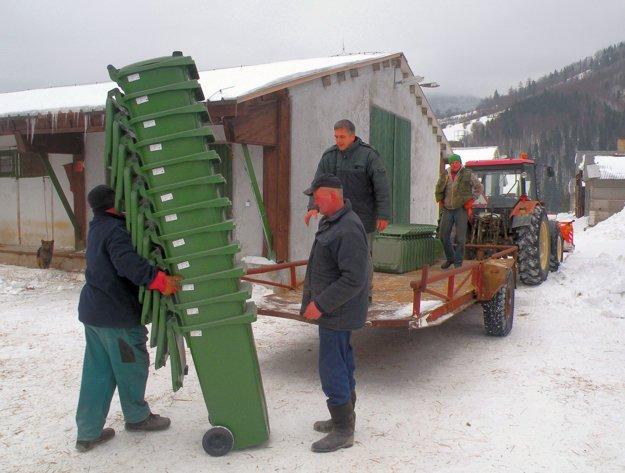 Chlapi z obce rozvážali plastové nádoby na vlečke traktora niekoľko dní. Obslúžili okolo päťsto domácností.