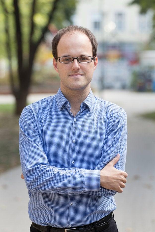 Karol Mišovic (30), divadelný teoretik, ukončil magisterské štúdium Teórie a kritiky divadelného umenia na VŠMU, kde je momentálne doktorandom. Od roku 2012 pôsobí ako dokumentarista v Divadelnom ústave v Bratislave.