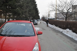 Parkovací chodník na Triede SNP. Keď sa auto vracia na cestu, obmedzuje chodcov acyklistov, lebo na chodníku nezostane veľa miesta.