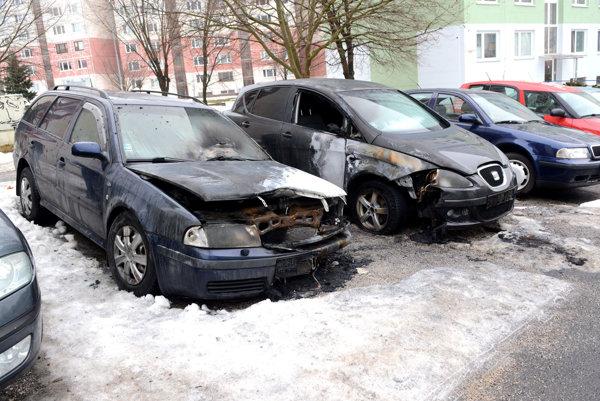 Podpálená škodovka na Čordákovej. V jednu noc podpálili majiteľovi dve autá.