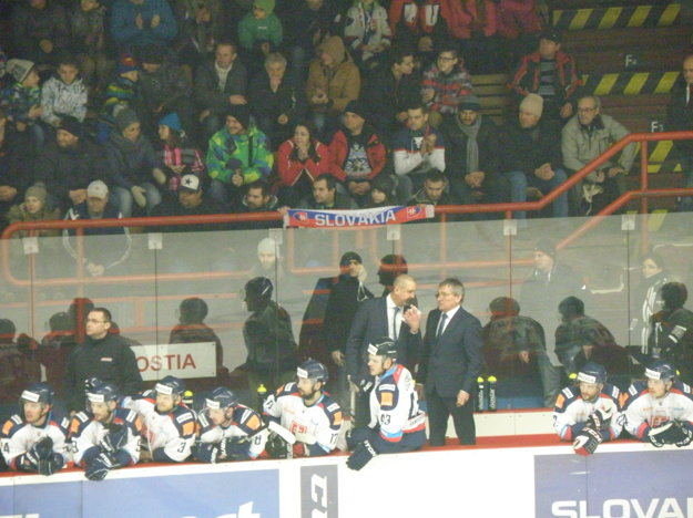 Slovenských hokejistov hnali v pred zaplnené tribúny zimného štadióna v Nových Zámkoch