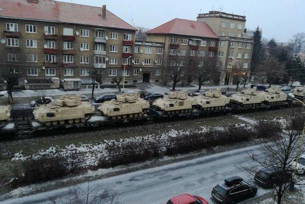 Pavlovičovo námestie v Prešove: Pohľad na tanky vzbudil záujem a obletel sociálne siete.