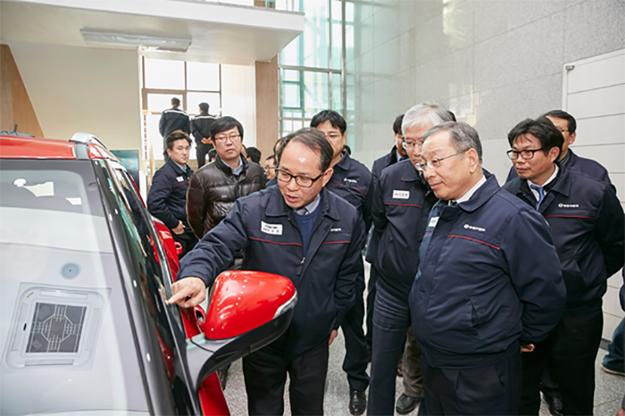Generálny riaditeľ automobilky Johng-sik Choi sa so systémom oboznámil počas firemného workshopu