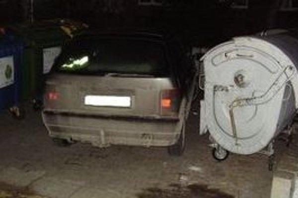 Žiadne auto nesmie brániť ľuďom, aby sa dostali ku kontajnerom.