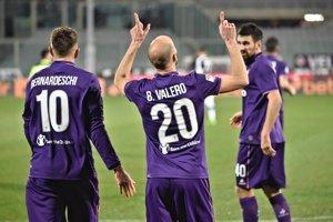 Borja Valero (v strede) z Fiorentiny oslavuje svoj gól do siete Udinese.