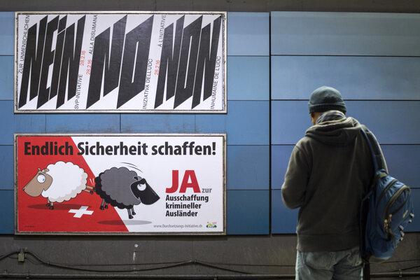 Na archívnej snímke z 9. februára 2016 v Zürichu postery ku kampani proti deportácii cudzincov, ktorí sa previnia.