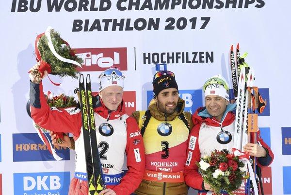 Martin Fourcade (v strede) zaujal konfliktom s Rusmi, Ole Einar Björndalen bronzovou medailou.