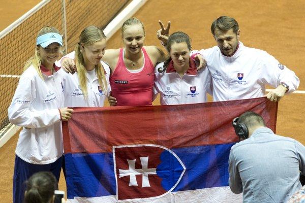 Na snímke víťazný fedcupový tím Slovenska, sprava kapitán Matej Lipták, Jana Čepelová, Rebecca Šramková, Anna Karolína Schmiedlová a Daniela Hantuchová.