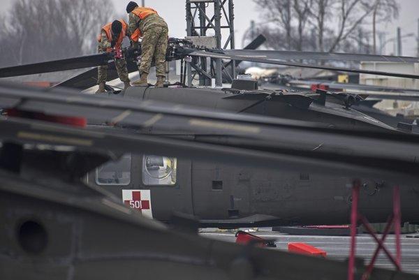 Americkí technici pripravujú v nemeckom prístave helikoptéry na transport.