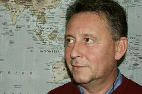 Narodil sa v roku 1954 na Myjavsku. Vyštudoval Lekársku fakultu na UK v Bratislave (odbor všeobecné lekárstvo). Robil vedeckú pomocnú silu na Ústave experimentálnej endokrinológie SAV. Po vojne nastúpil na Kliniku infektológie na bratislavských Kramároch
