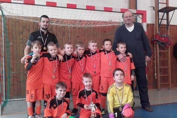 Víťazná zostava MFK Bytča spolu s trénermi.