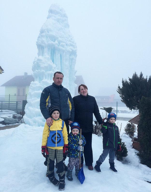 Z päťmetrového cencúľa sa teší celá rodina aj návštevníci.