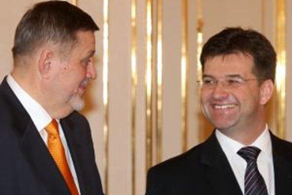 Jána Kubiša (vľavo) strieda diplomat ostrieľaný Bosnou Miroslav Lajčák.
