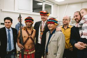 Indiáni z Ekvádoru s prezidentom Andrejom Kiskom a zástupcami Lyra Chocolate.