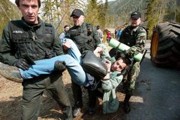 Polícia v apríli 2007 zadržala dve desiatky aktivistov, ktorí vlastnými telami bránili ťažbe kalamitného dreva v Tichej a Kôprovej doline.