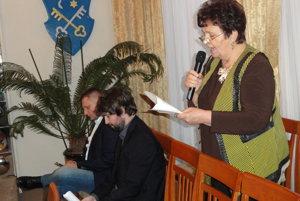 Serafína Ostrihoňová reční počas zasadnutia mestského parlamentu.
