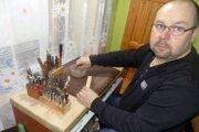 Remeselník Ján Kúkol pracuje ako stolár, ale každý deň sa venuje aj svojej záľube - vyrábaniu ľudových kožených predmetov.