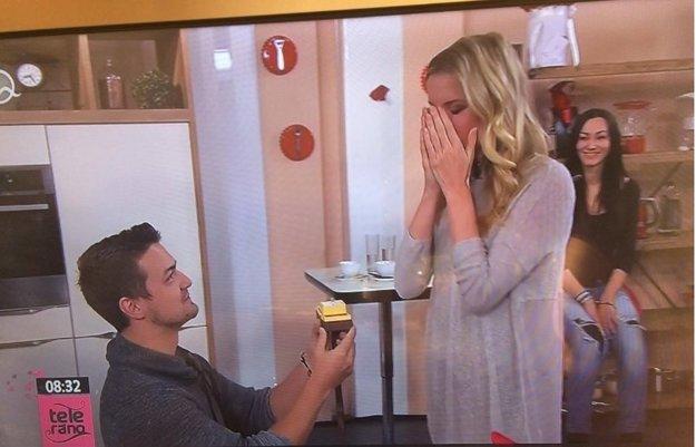 Valentínske prekvapenie. Viktor vytiahol prsteň a Adela sa červenala.