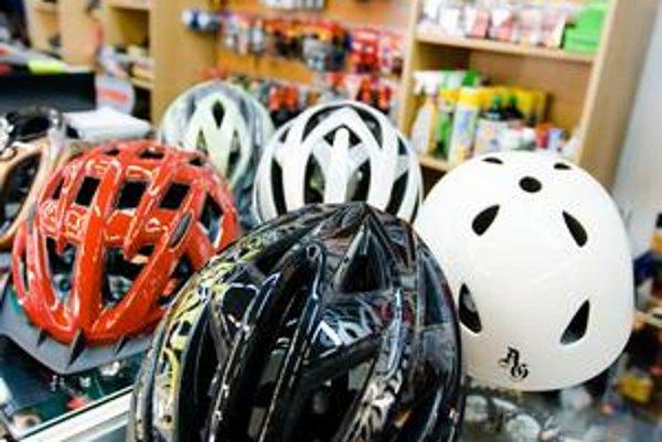Prilba na bicykel má byť ľahká a dobre vetraná. Povinná je iba na cestách mimo mesta, pre deti aj v meste.
