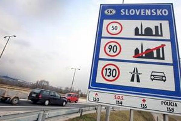Cudzinci na hraničnom priechode Bratislava – Berg už zistia, že v obci jazdíme päťdesiatkou. Zatiaľ iba cez provizórne nálepky. Neaktuálnu šesťdesiatku pri vstupe na Slovensko do výmeny značiek prelepili.