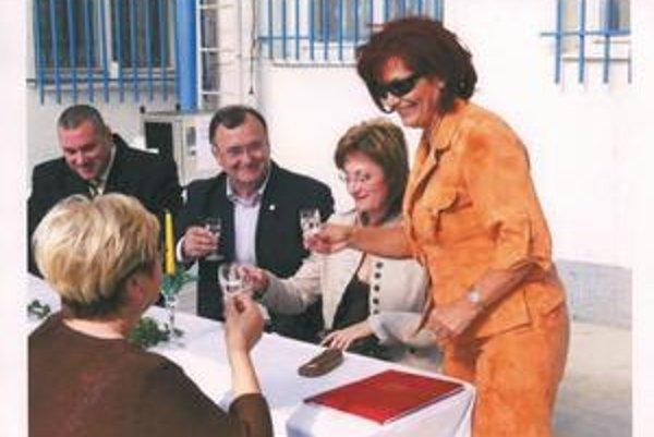 5. september 2006, Deň Zboru väzenskej a justičnej stráže v Janíkovciach. Mária Kreslová (vpravo), poslankyňa nitrianskej župy Lýdia Forrová a poslanec NR SR Ján Kovarčík (obaja HZDS).
