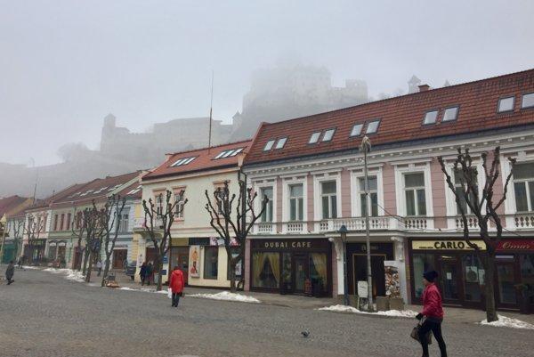 Trenčín v hmle.